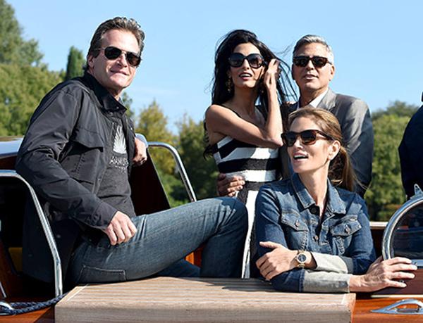 Khác với nhiều ngôi sao, tài tử George Clooney lại chọn cách đi tránh rét bên vợ mới cưới vào dịp Giáng sinh. Cặp đôi cùng Cindy Crowford và Rande Gerber tới Mexico để hưởng thụ nắng gió bên biển. Trước đó, vào tháng 9 năm nay, hai người bạn này cũng đến Ý cùng vợ chồng Clooney để dự lễ cưới của cặp đôi.