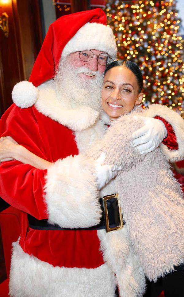 Diễn viên kiêm nhà thiết kế thời trang Nicole Richie tham gia một sự kiện dành cho các em nhỏ ở Los Angeles, tổ chức nhân dịp Giáng sinh. Cô chụp ảnh tình cảm bên ông già Noel trong sự kiện.