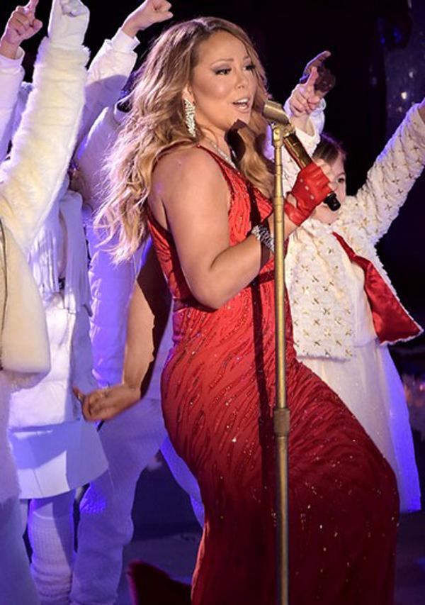 Những ngày qua, nữ ca sỹ Mariah Carey tập trung đi biểu diễn, mừng lễ Giáng sinh ở New York. Cô tuyên bố sẽ không đón Giáng sinh với chồng cũ, mà dành thời gian bên con cái vào đúng đêm Noel.