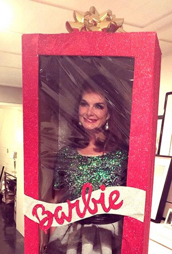 Người mẫu – diễn viên Brooki Shields tự biến mình thành một món quà Giáng sinh khi hóa thân làm búp bê Barbie. Đây thực chất là một hình ảnh thuộc về dự án nghệ thuật của cô, diễn ra nhân dịp lễ đặc biệt này.