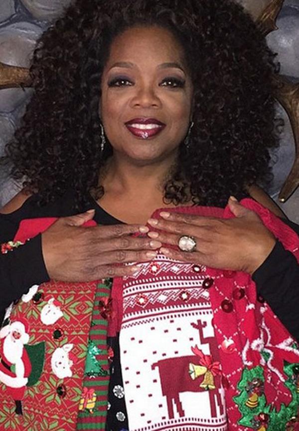 Ngôi sao truyền thông Mỹ Oprah Winfrey chụp ảnh với món quà mang đậm không khí Giáng sinh, đến từ MC Jimmy Fallon. Đó là những chiếc áo xinh xắn dành cho các cún cưng của Oprah.