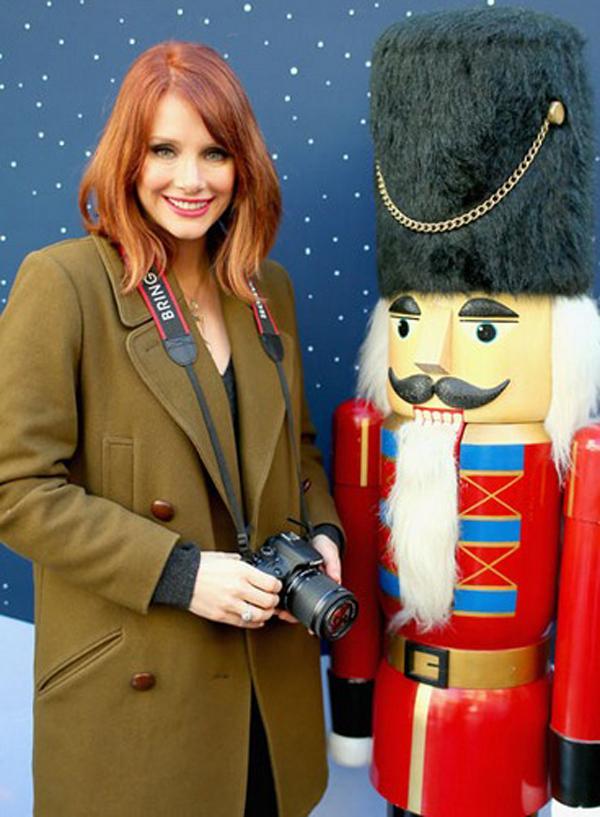 Bryce Dallas Howard dạo chơi và lang thang chụp ảnh nhân dịp Giáng sinh. Nữ diễn viên phim Công viên kỷ Jura cũng là khách mời của chương trình đặc biệt, mang tên Let It Snow, do Canon tổ chức.