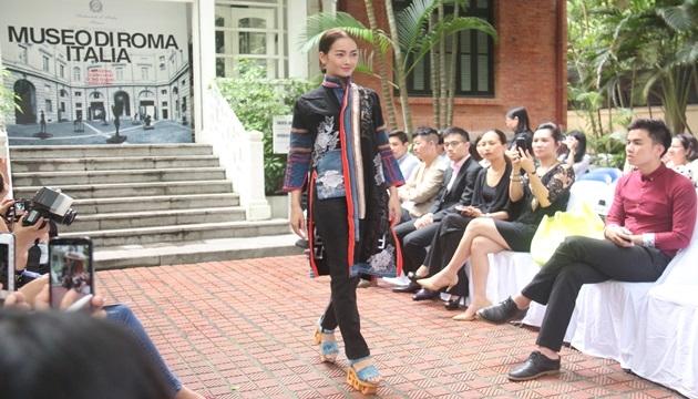 Trang phục nằm trong BST của NTK Minh Hạnh với chất liệu vải Jeans và thổ cẩm. (Nguồn: nhandan)