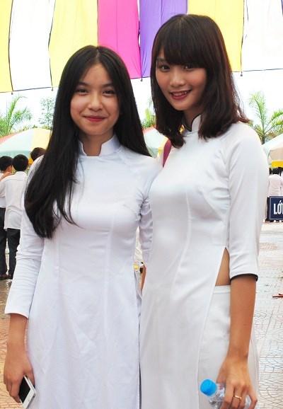 Nữ sinh trường Trung học Đoàn Thị Điểm, Hà Nội rạng rỡtrong ngày khai giảng.