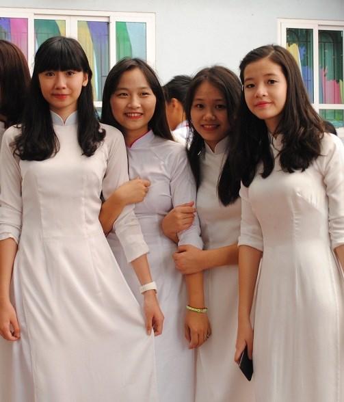 Nữ sinh trường Trung học Đoàn Thị Điểm, Hà Nội trong ngày khai giảng.