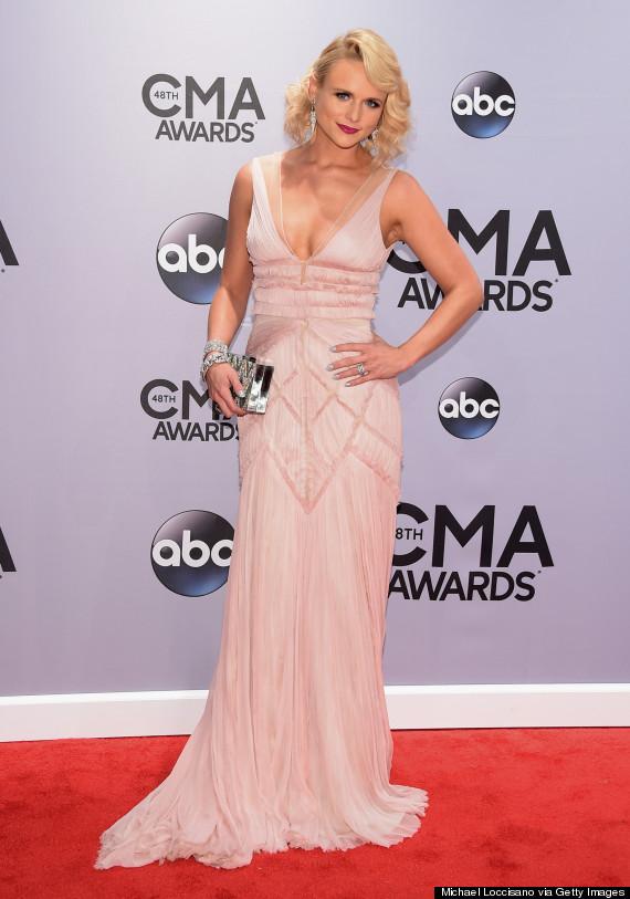 Diện một bộ váy phớt hồng tuyệt đẹp, Miranda Lambert được tôn vinh là nữ thần tại đêm trao giải CMA 2014