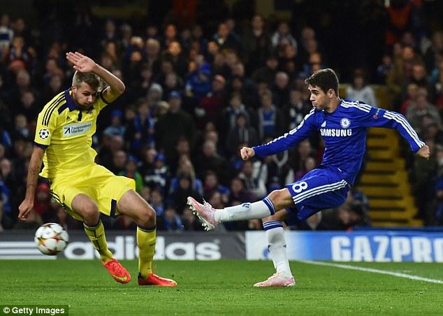 Tiền vệ trẻ Oscar (xanh) đã trưởng thành vượt bậc kể từ mùa giải trước và là sự lựa chọn đáng tin cậy của Mourinho lúc này.