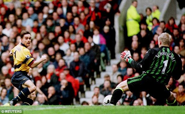 Pha ghi bàn của Overmars giúp Arsenal hạ Quỷ đỏ để rồi sau đó lên ngôi vô địch năm 1998.