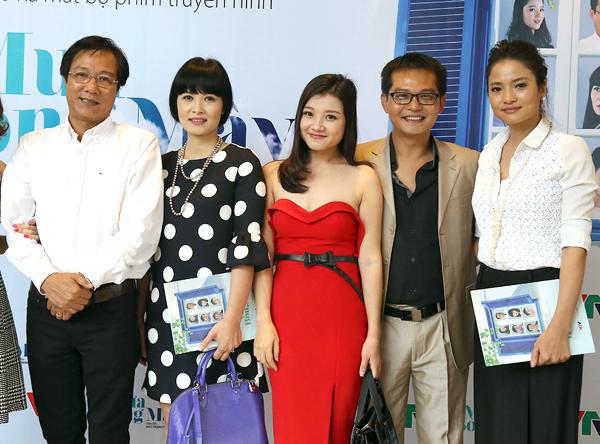Từ trái sang: đạo diễn Trọng Trinh, diễn viên Thúy Hà, Thanh Hòa, Trung Hiếu và Thúy Hằng trong buổi ra mắt phim Mưa bóng mây.