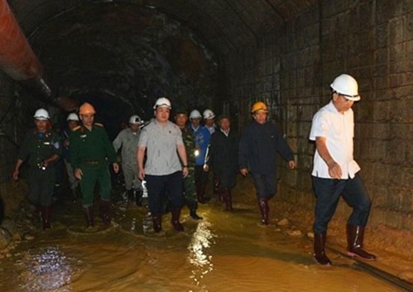 Phó Thủ tướng Hoàng Trung Hải trực tiếp thị sát bên trong đường hầm. Ảnh: VGP/Nguyên Linh