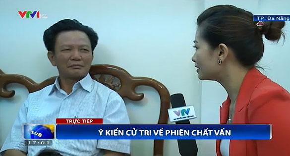 PV ghi nhận ý kiến của các cử tri ngay sau các phiên chất vấn (Ảnh: VTV News)