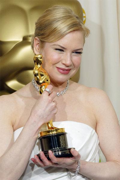 Cô giành giải Nữ diễn viên phụ xuất sắc nhất tại Oscars 2003