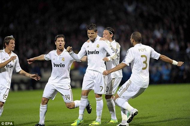 Ronaldo (số 7) đánh dấu cột mốc 900 bàn cho Real Madrid.