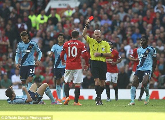 Rooney bị truất quyền thi đấu sau pha phạm lỗi với cầu thủ đồng hương Downing.