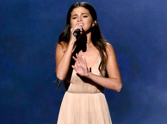 Selena thổn thức khi hát về Justin