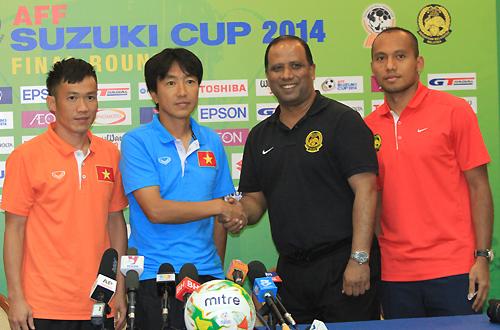 HLV Salleh (áo đen) và HLV Miura (xanh) sẽ có dịp phân tài cao thấp khi cùng thiếu vắng một vài trụ cột ở trận lượt đi. Ảnh: Lâm Thỏa