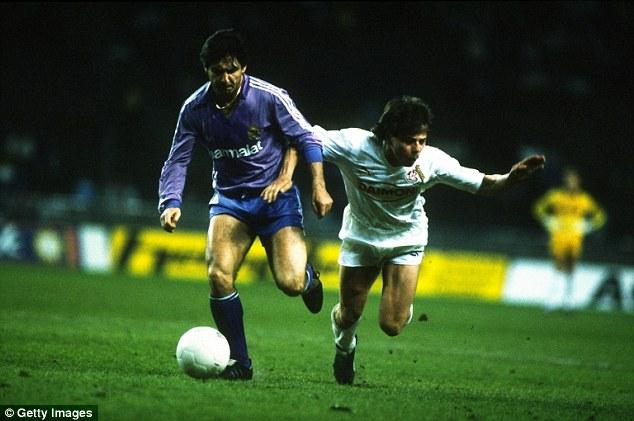 Santillana (trái) là cầu thủ ghi bàn thắng thứ 400 cho đội bóng Hoàng gia Tây Ban Nha ở cúp châu Âu