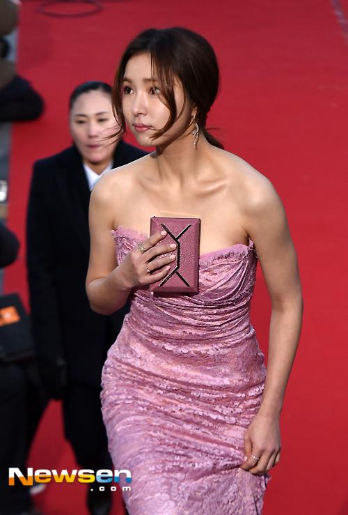 Nữ diễn viên Shin Se Kyung diện đầm cúp ngực màu hồng tím, khoe đôi vai trần quyến rũ.