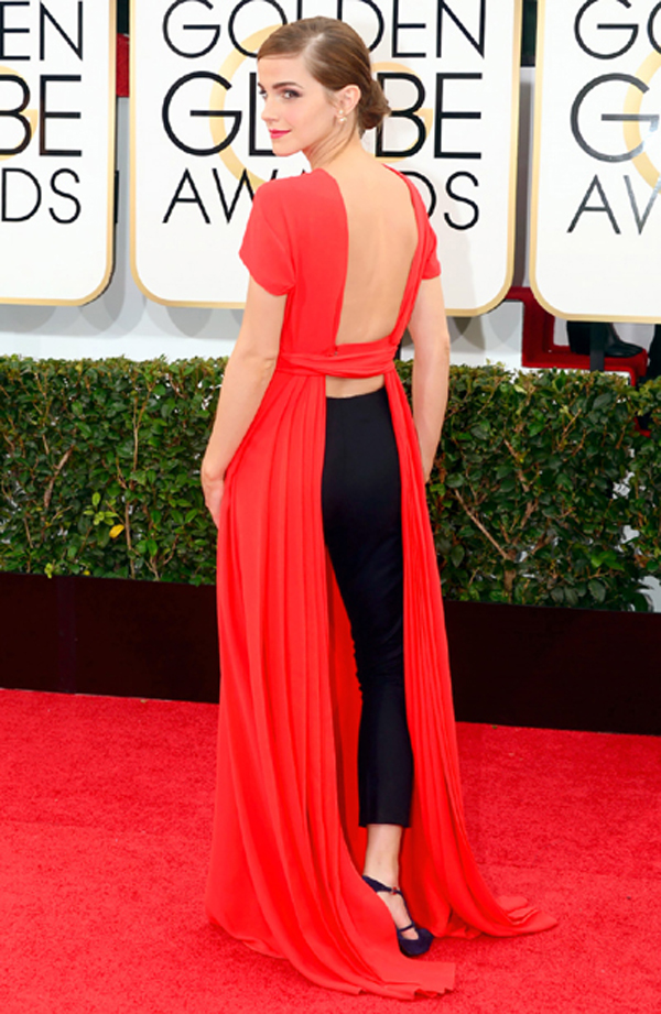 """""""Cô phù thủy"""" Emma Watson đã gây ấn tượng tại Lễ trao giải Quả Cầu Vàng vào tháng 1 năm nay, với thiết kế cá tính của Christian Dior. Bộ đầm xẻ lạ mắt giúp cô khoe lưng trần, để lộ chiếc quần âu với đôi giầy tím của Roger Vivier."""