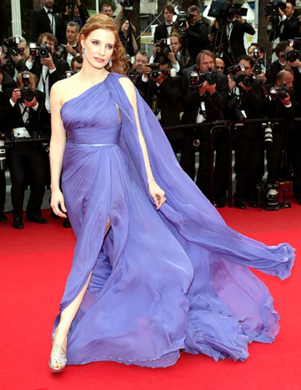 Cũng tại LHP Cannes năm nay, nữ diễn viên Jessica Chastain mang vẻ đẹp quyến rũ, như một đóa oải hương dịu dàng trong thiết kế của Elie Saab. Những tà váy mềm mại khiến cho những bước đi của Jessica trên thảm đỏ trở nên thướt tha hơn.