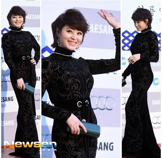 Kim Hye Soo thì lựa chọn một bộ đầm đen kín đáo, nhưng mang những hoa văn trang trọng và vẫn giúp cô khoe dáng.