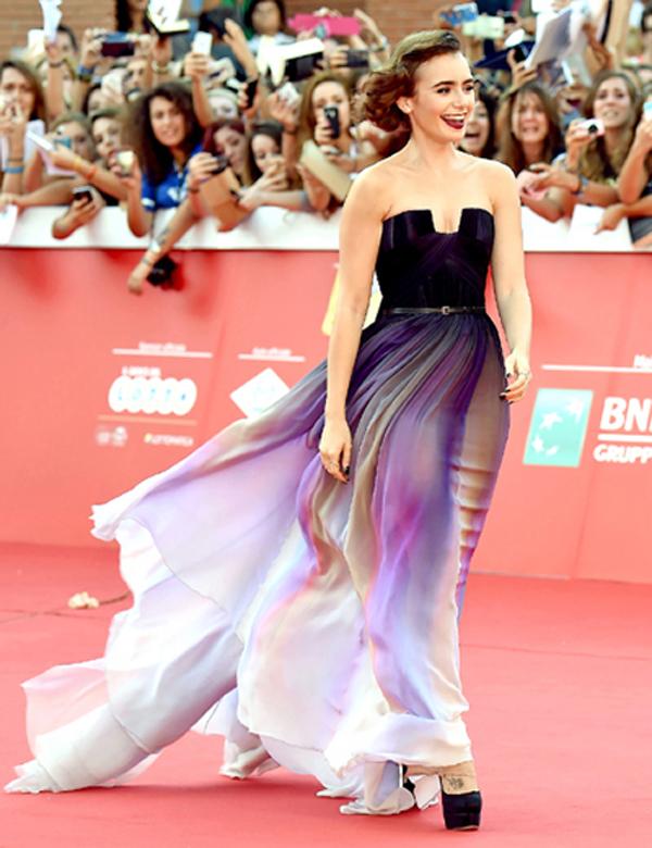 Danh sách các sao nữ nổi bật còn không thể thiếu cả hình ảnh nữ diễn viên trẻ tuổi Lily Collins, trên thảm đỏ LHP Rome vào tháng 10. Chiếc váy mà Lily diện lại là một thiết kế của Elie Saab, với phần chân váy ánh tím tuyệt đẹp. Lily còn trang điểm gương mặt với son môi màu tím và diện đôi giầy tím đậm, hòa quyện với màu sắc của chiếc váy.