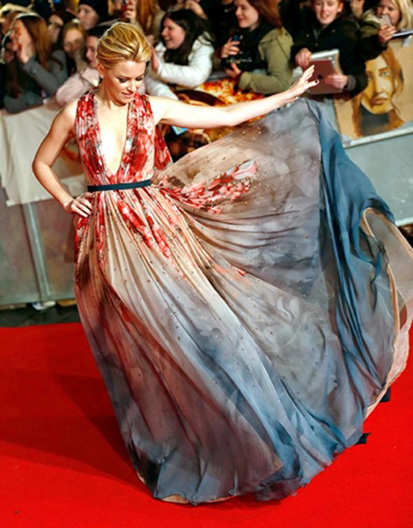 """Elie Saab cũng là thương hiệu mà nữ diễn viên Elizabeth Banks lựa chọn trong buổi ra mắt bộ phim """"The Hunger Games: Mockingjay"""" phần 1, diễn ra vào tháng 11 vừa qua. Chiếc váy lộng lẫy với những sắc màu được pha trộn hài hòa, khiến Elizabeth gợi cảm như một đóa hoa. Thiết kế tinh tế giúp cô nổi bật hơn hẳn Jennifer Lawrence trong sự kiện này."""