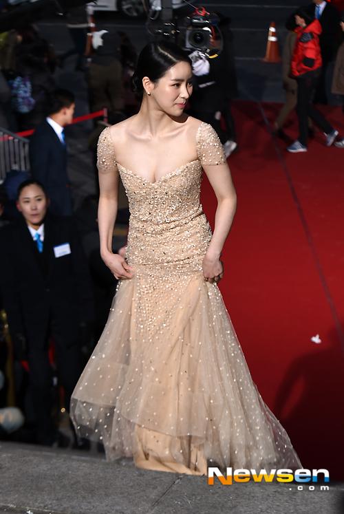 Lim Ji Yeon thì trang nhã trong chiếc đầm sang trọng, với ánh kim sa.