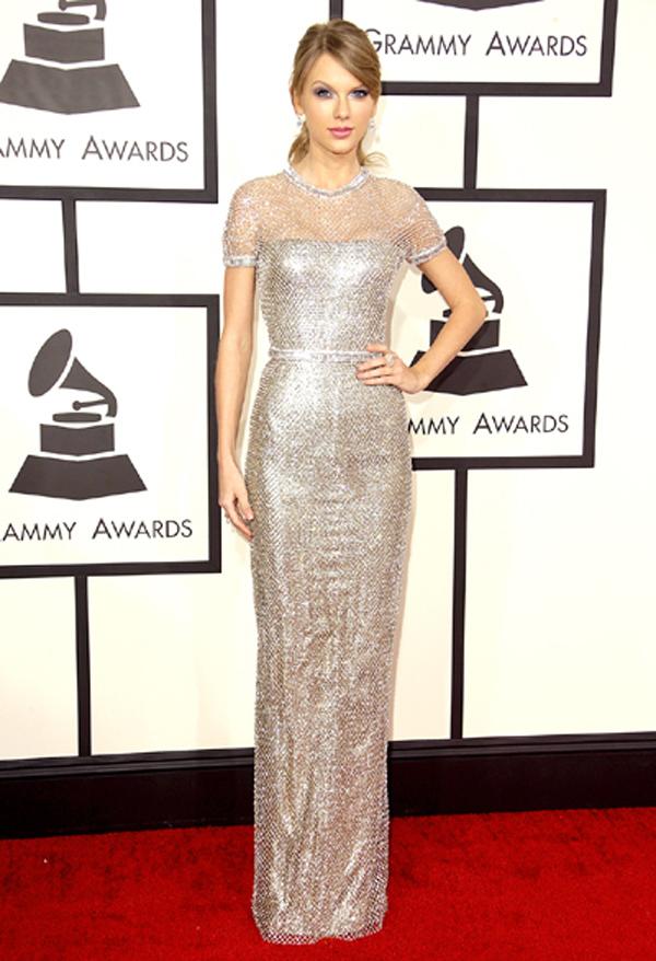 Cũng trong tháng 1, tại Lễ trao giải Grammy, Taylor Swift trở nên sang trọng và thanh lịch trong thiết kế của Gucci. Bộ đầm ánh bạc làm tôn dáng vẻ thanh mảnh của nữ ca sỹ Blank Space.