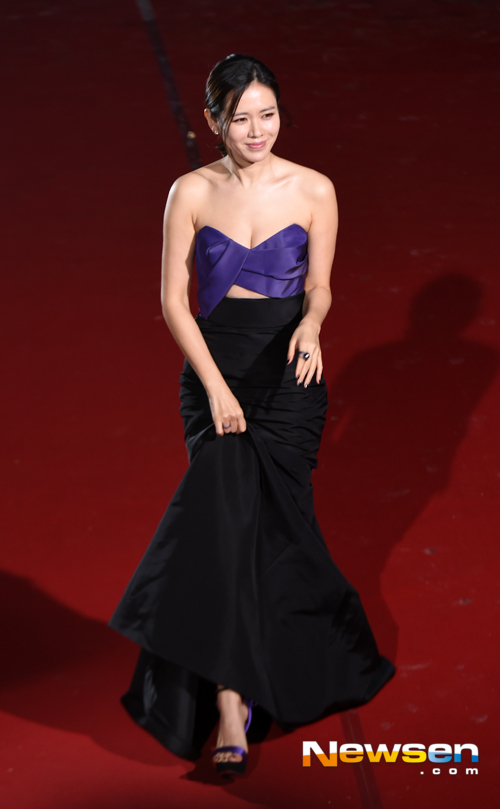 Ngôi sao Hương mùa hè Son Ye Jin gợi cảm với đầm màu tím, đen