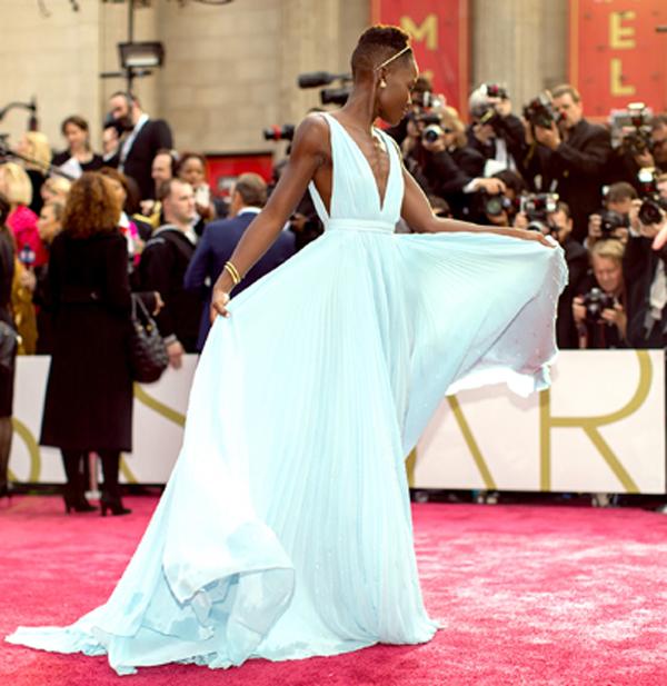 """Lupita Nyong'o nổi tiếng hơn cả kể từ sau bộ phim """"12 năm nô lệ"""". Không chỉ thế, cô còn được đánh giá là một trong những sao nữ nổi bật nhất trên thảm đỏ. Đáng chú ý là hình ảnh Lupita thướt tha với đầm Prada màu xanh nhạt tại Lễ trao giải Oscar, diễn ra vào tháng 3."""