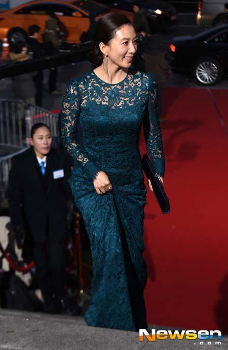 Đàn chị Kim Hee Ae mang vẻ đẹp lịch sự và quyến rũ với đầm ren.