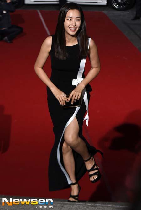 Honey Lee - Hoa hậu Hàn Quốc năm 2006 tươi cười xuất hiện với đầm đen, trắng