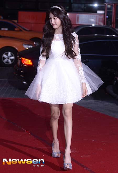 Còn Kim Sae Ron trẻ trung và điệu đà trong váy ngắn xòe, màu trắng