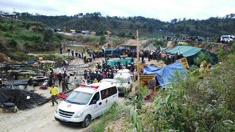 Xe cấp cứu sẵn sàng đưa các nạn nhân tới bệnh viện.