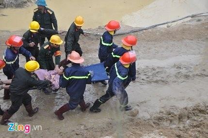 Một nạn nhân được đưa ra ngoài bằng cáng. Ảnh: Vnexpress.