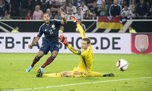 Ikechi Anya  ghi bàn vào lưới đội tuyển Đức