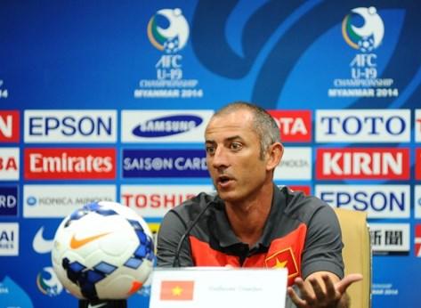 HLV Guillame Graechen trong cuộc họp báo sau trận thảm bại của U19 Việt Nam