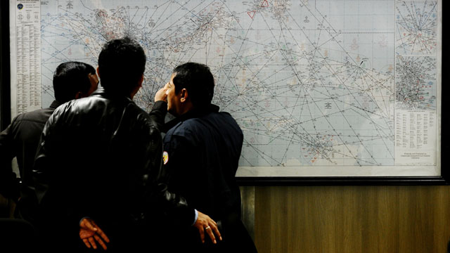 Các nhân viên tìm kiếm cứu hộ của Indonesia không rời khỏi mắt tấm bản đồ.