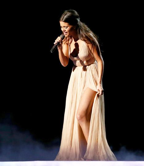 Tuy nhiên, nhân vật chính trong bài hát đau khổ của Selena lại vắng mặt tại buổi lễ