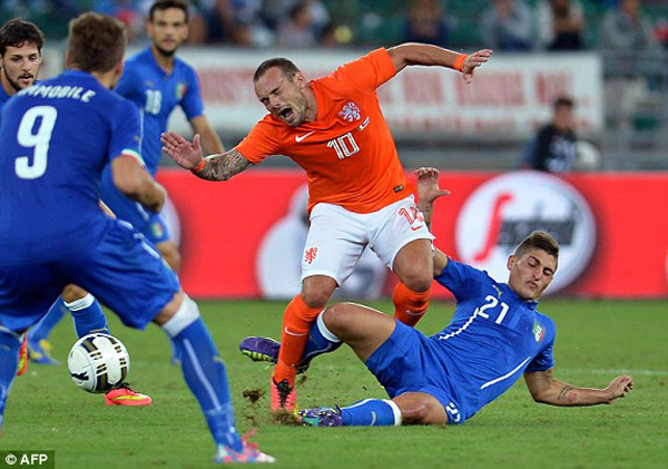Sneijder giữa vòng vây của các hậu vệ Italy