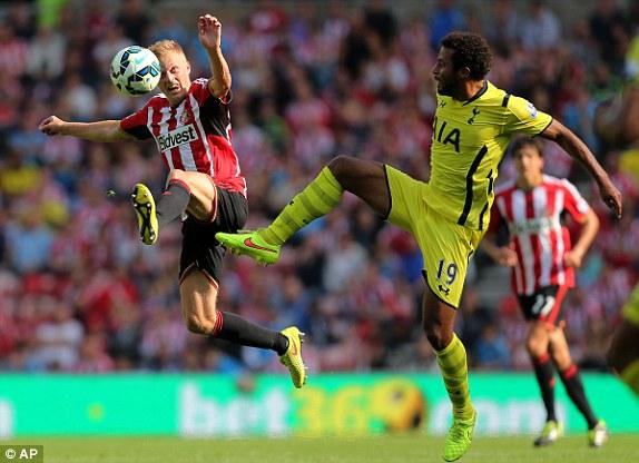 Southampton và Tottenham (vàng) chia điểm ở The Light.