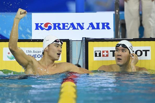 Park Tae-hwan (phải) đã không thể vượt qua VĐV Trung Quốc - Ning Zetao, người vừa xác lập kỷ lục ASIAD mới ở đường bơi 100m tự do với thời gian 47 giây 70.