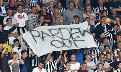 CĐV Newcastle thể hiện sự thất vọng bằng việc tẩy chay HLV Alan Pardew.