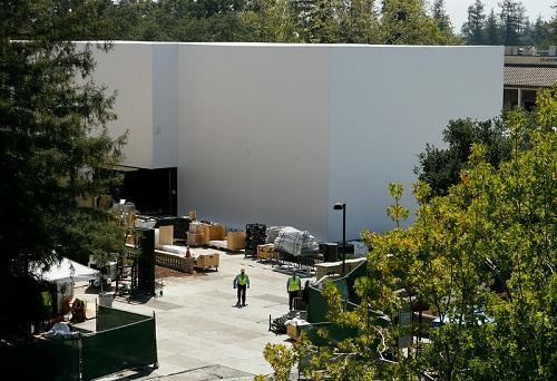 Công trình có diện tích lớn, được sơn hoàn toàn màu trắng