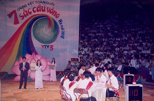 Nhà báo Tạ Bích Loan trong chương trình 7 sắc cầu vồng năm 1998