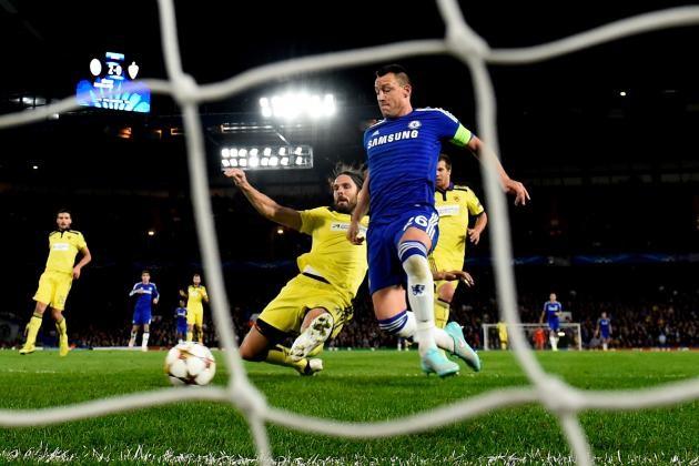 Terry kỉ niệm trận thứ 500 đeo băng thủ quân Chelsea với pha đệm bóng cận thành.