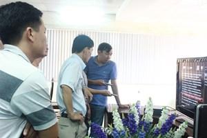 Nhóm Kỹ thuật được hướng dẫn cách trình chiếu tác phẩm tại LHTHTQ 34