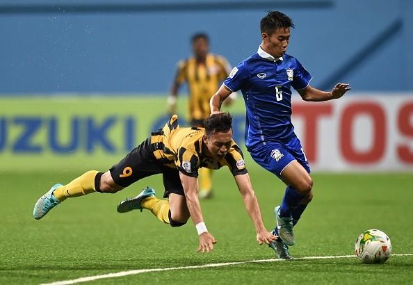 Thái Lan (xanh) đã hai lần vượt khó để đánh bại Malaysia.