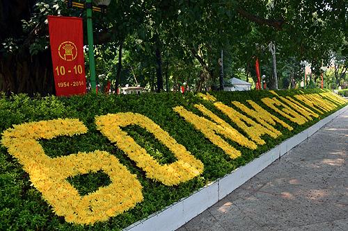 Khu vực tượng đài Lê Nin nổi bật với dòng chữ 60 năm giải phóng Thủ đô (Ảnh: Thanh Niên Online)